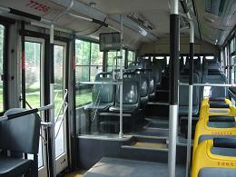 ガラガラのバス