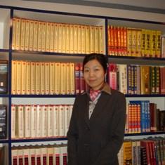 天達律師事務所の図書館にいる私の写真